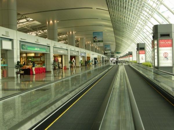 广州白云机场智能照明控制系统案例  广州白云机场是位于广东省省会广州市的一座大型民用机场,国内三大航空机场之一。广州白云机场内的照明控制系统是由浙江昌骏信息科技有限公司所代理的美国进口品牌路创智能照明控制系统安装调试的。  美国路创智能照明控制系统拥有ISO9001质量标准注册的质量保证系统,提供所有产品在设计和现场支持方面的内部工程技术保证;路创智能照明制系统操作界面也非常直观方便,任何一个稍加培训的操作者都可以方便地进行操作。  路创智能照明控制系统能够让场景在每天特定时间或日出日落等时间相关的时候自
